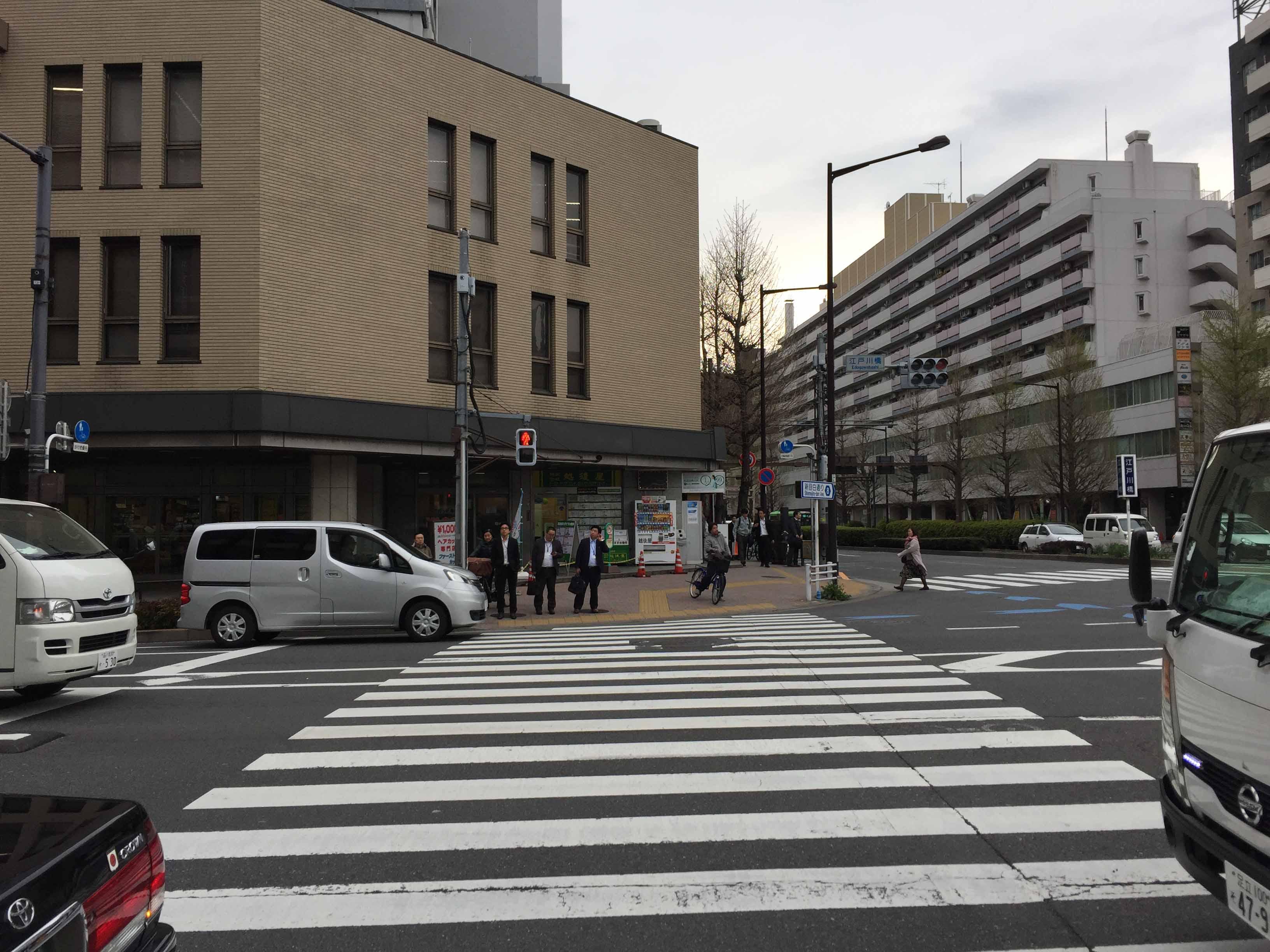 江戸川橋の交差点を渡って左折します。